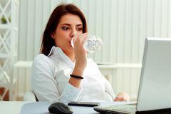 mulher-de-negócios-nova-bebe-água-em-seu-local-de-trabalho-35695766